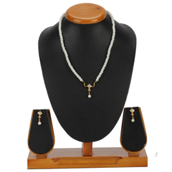 Smart-looking Pearl Pendent  N  Earring Set